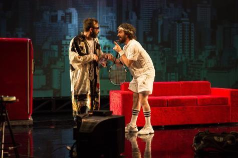 Alves De discute com o amigo Frei Lan (Caco Ciocler) na peça. Foto: Leekyung Kim
