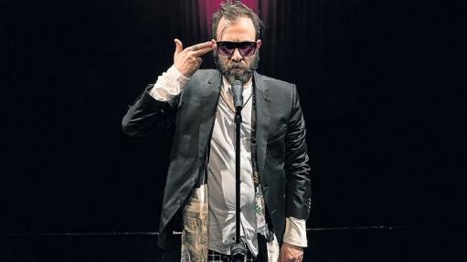 Ator Danilo Grangheia interpreta o humorista Alves De, na peça Sit Down Drama